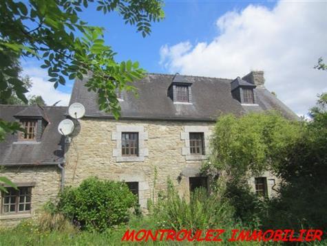 Dans un hameau, maison en pierre avec 4.7 hectares de patures