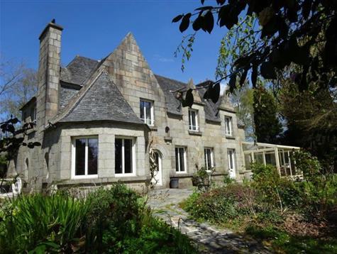 De beaux volumes pour cette  maison en pierre de taille  sur un  parc de 7400 m²