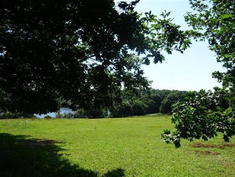 Terrain constructible de 5000 m² avec vue préservée sur le lac du Guic