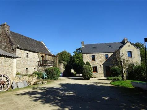 En bout de chemin, hameau de 3 maisons sur 2.8 hectares