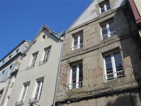 Maison de ville avec commerce, appartement avec terrasse