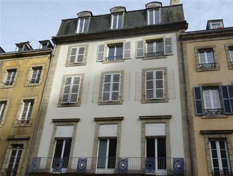 Immeuble comprenant commerce et 4 appartements
